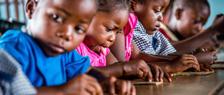 Kinderen leren spelenderwijs sneller in hun moedertaal