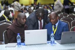 Broeder Peter (links) bereidt zijn speech voor met VVOB-collega Ronald Ddungu (midden) and dr. Maina Gioko
