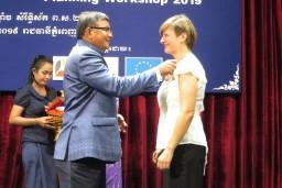Karolina Rutkowska, adviseur capaciteitsontwikkeling, ontvangt haar medaille van de minister