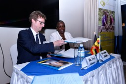 Signing ceremony between VVOB (by General Director Sven Rooms) and the Ugandan Ministry of Foreign Affairs (by Minister Counsellor Hellen Kasozi)