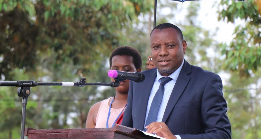 Dr Isaac Munyakazi, Staatssecretaris voor het ministerie van Onderwijs, spreekt de gediplomeerden toe