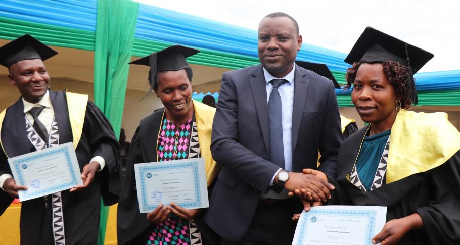Dr. Isaac Munyakazi, Staatssecretaris voor het ministerie van Onderwijs, feliciteert de gediplomeerden