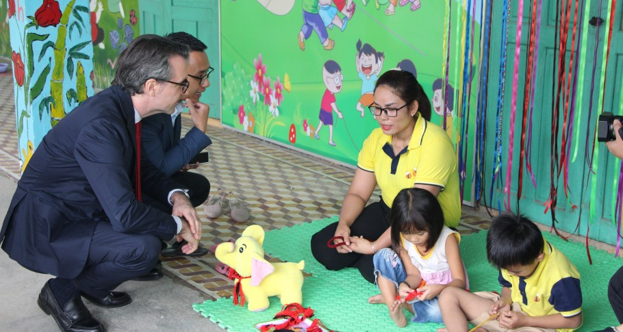 EU Ambassador Giorgio Aliberti and a preschool teacher at Ta Bhing – Ta Pơơ preschool, Nam Giang district, Quang Nam province