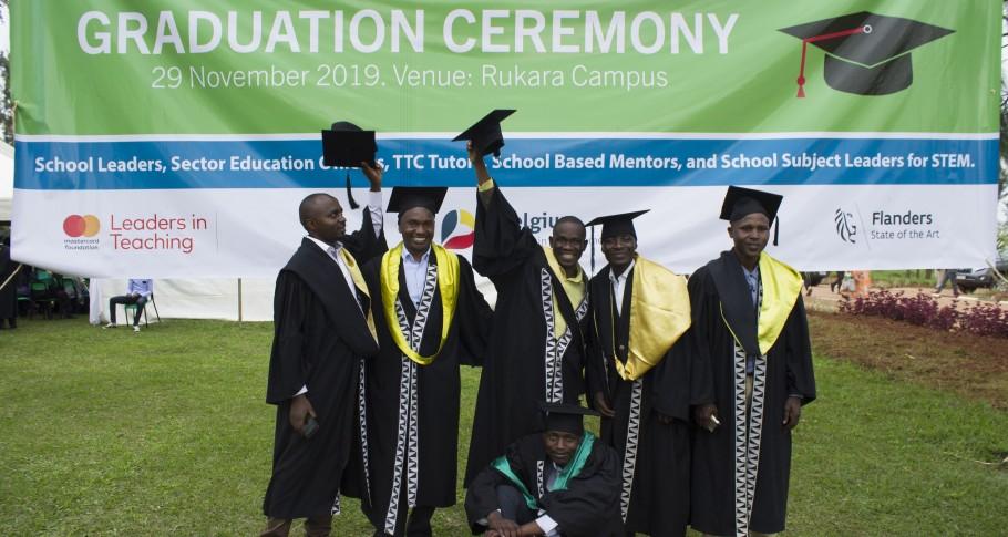 Gediplomeerden gooien naar goede gewoonte hun hoeden in de lucht