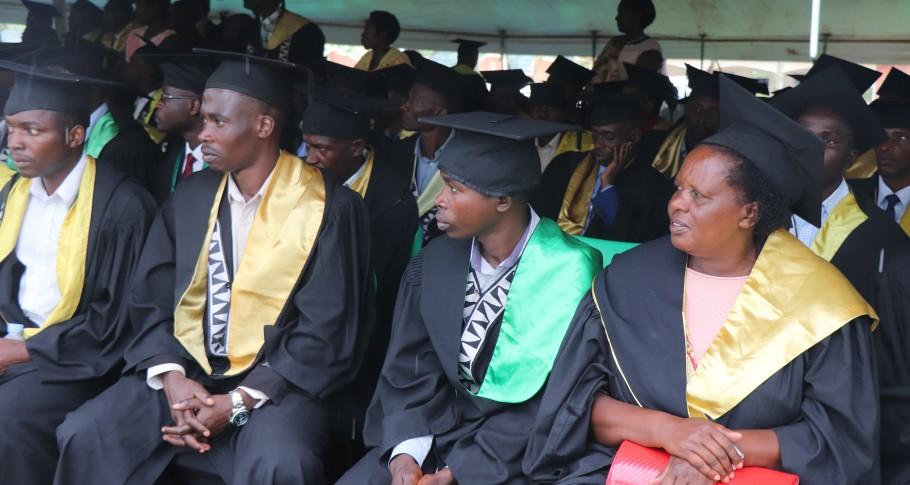 Studenten wachten hun naam af om hun diploma en certificaten op te pikken