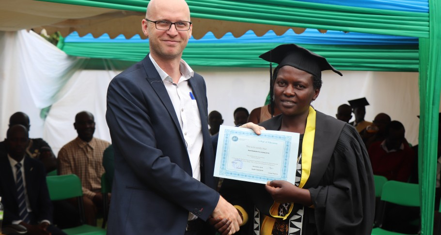 Jef Peeraer, VVOB programmamanager voor Rwanda, feliciteert een gediplomeerde