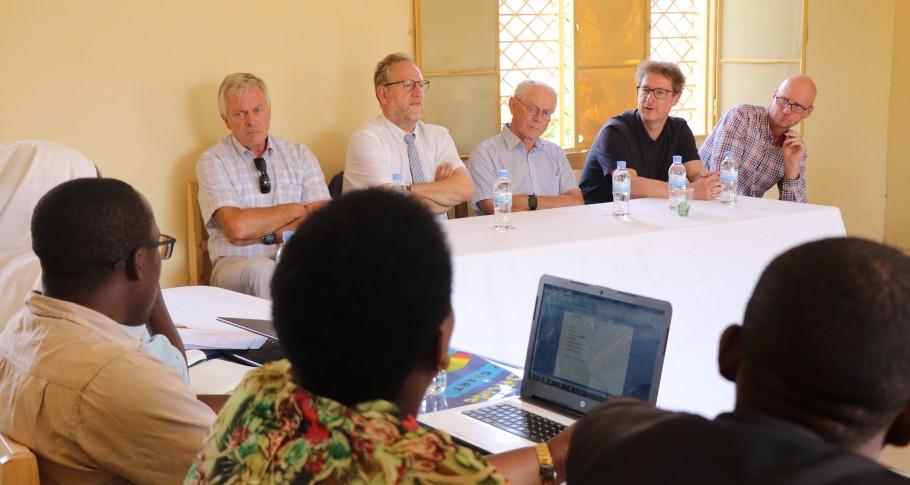 Van links naar rechts: VVOB voorzitter Stefaan Van Mulders; Belgisch ambassadeur in Rwanda Benoît Ryelandt; Herman Van Rompuy; VVOB algemeen directeur Sven Rooms; VVOB programmamanager Rwanda Jef Peeraer