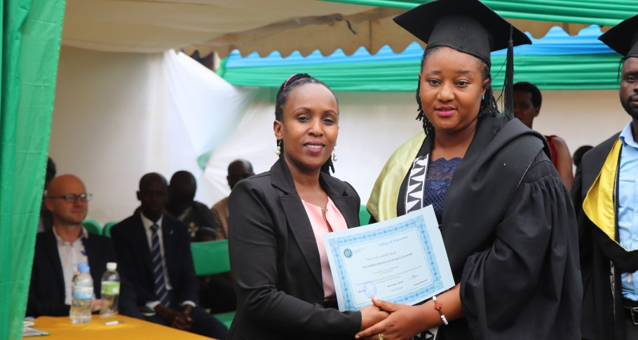 Ruth Mukakimenyi van Mastercard Foundation feliciteert een gediplomeerde