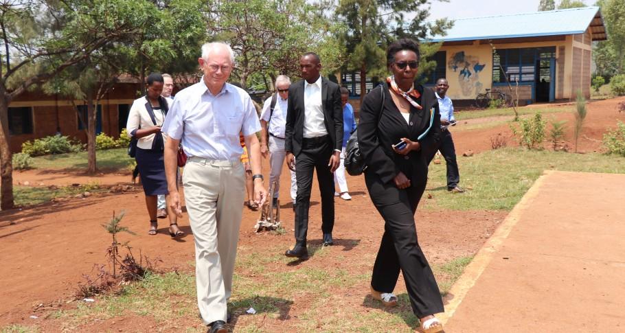 Van Rompuy komt aan op Duha Complex School met VVOB medewerkers en de rest van de Belgische delegatie