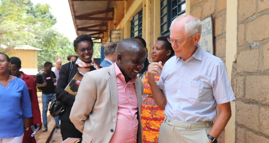 Een schoolleider praat met Van Rompuy over zijn samenwerking met VVOB